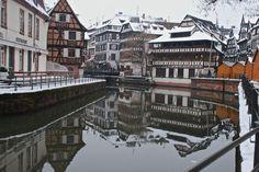 É assim que Strasbourg se apresenta no fim de ano: A Capital do Natal. Eu já tinha lido sobre dos tradicionais mercados de Natal, mas não tinha ideia do que isso significava. São mais de 10 mercados espalhados pela cidade! Strasbourg é tomada por barraquinhas de enfeites e luzes de Natal, brinquedos, chapéus, cachecóis e, claro, comidas típicas