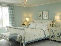 Interno di una camera da letto - Piccola camera da letto dalle nuances chiare e delicate.