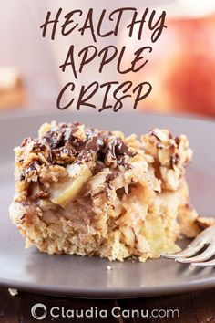 This delicious healthy apple crumble is sweetened with just a little bit of honey, it's dairy-free and it can easily be prepared in a gluten-free version 🍎 Apple Crumble With Oats, Healthy Apple Crumble, Healthy Apple Desserts, Apple Snacks, Healthy Sweet Snacks, Healthy Breakfast Recipes, Healthy Baking, Eating Healthy, Healthy Brunch