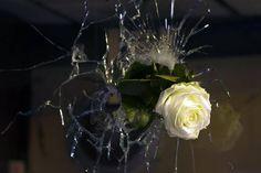 Attentats de Paris : ces photos que l'on n'oubliera jamais Pray For Paris, Paris Attack, Mood Images, Powerful Art, World, Flowers, Photos, September 11