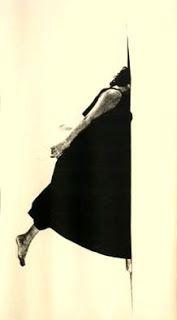 Helena Almeida, Corte Secreto, 1981. Trata-se de um telão suspenso do tecto em que o corpo parece entrar numa fenda aberta na parede. O facto de optar por este formato e modo de exposição reforça a relação com a arquitectura que é uma outra componente importante na obra de Almeida.
