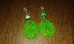Orecchini con perla di vetro e pendente in plastica verde