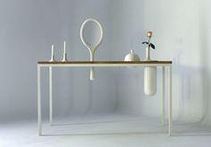 Proyecto de María Perales basado en el concepto de simbiosis. Objetos que necesitan al mueble que los aloja para sostenerse, y éste recibe a cambio una nueva identidad. Espejos, floreros o portavelas encajan en el mueble, y pasan a formar parte de él.