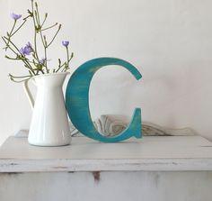 Letra C de madera reciclada y pintada con Chlak Pain de Annie Sloan