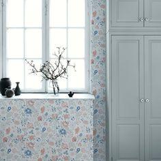Tolle Tapete mit Blüten von Sandberg - AMELIE erdbeerrot-graublau!