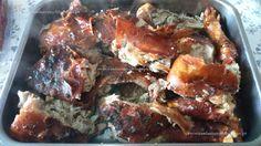 """1 leitãozinho com 4,500kg 150gr de banha de porco 2 cabeças de alho 2 c. sopa de pimenta branca 2 c. sopa de pimenta preta 3 c. sopa de sal grosso """"marinho""""   Retire o leitãozinho da embalagem a vácuo"""