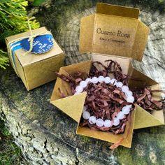 Detalles de Boda ~ Cajitas con Pulseras de Piedras Naturales en http://www.laaventuradelalma.es/regalos