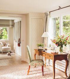 ZONA DE TRABAJO El escritorio es de Gloss & Raffles, la silla, de Maisons du Monde,  el jarrón y las flores de Aflore Mío, las cortinas de Moet Chansons  y la alfombra de KP.