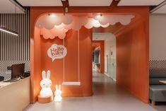 espaço instagramável - um lugar para crianças e adultos tirarem fotos e expor sua marca e seus ambientes Mini Cafeteria, Studio Floor Plans, Kids Play Spaces, Kids Toilet, Kids Cafe, Retail Concepts, Clinic Design, Toilet Design, Ceiling Design