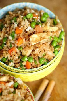 Easy Fried Rice Recipe – Spend With Pennies This quick and easy Fried Rice recipe takes about 15 minutes! You can add any vegetable or protein so it's the perfect way to enjoy your leftovers! Rice Recipes, Asian Recipes, Chicken Recipes, Healthy Recipes, Dutch Recipes, Skillet Recipes, Rice Dishes, Food Dishes, Main Dishes