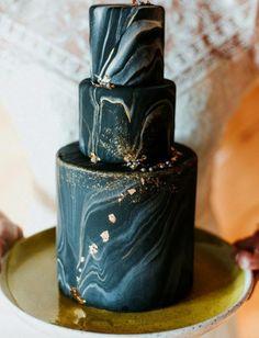 #HLo Tips: Las propuestas de pasteles para este año, incluyen texturas de rocas como el mármol o las geodas con toques metálicos. Fotografía. @blossomandcrumb #weddingcake #wedding #weddingdesign #trendwedding #weddingtrends #weddingideas #weddingday