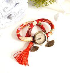 Montre bracelet double-tour rouge biais japonais, cadran vintage et pompons et sa pochette en tissu japonais. : Montre par mes-tites-lilis