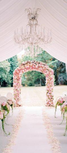 arche mariage fleurie, tente de mariage décorée en rose, lustre imposant