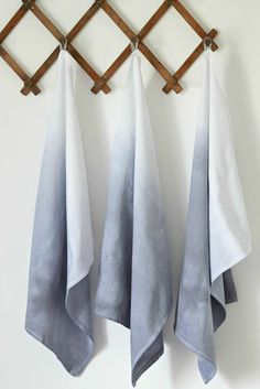 Want to know how to ombre dip dye? It's a great technique you can use in a lot of craft projects. If you love the ombre trend, I'm sure you'll love this DIY project that uses tea towels! You'll love this wonderfully simple and absolutely elegant Diy Ombre, Ombre Fabric, How To Dye Fabric, Dyeing Fabric, Shibori, Diy Bathroom Decor, Easy Diy Crafts, Gift Crafts, Textiles