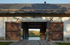 Stodola nabízí zajímavý průhled skrz původní vrata. Wooden Cottage, Stone Barns, Vernacular Architecture, Color Harmony, Rustic Industrial, Amazing Architecture, Urban Design, Arches, Homesteading