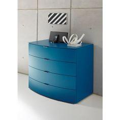 Mit dieser Kommode in kräftigem Blau liegen Sie voll im Trend und bringen frische Farbe in Ihre vier Wände! Das Design überzeugt auf ganzer Linie mit einer leicht nach außen gewölbten Front und einer schlichten Formgebung. 4 Schubladen füllen den gesamten Korpus aus und sind durch <b>Soft-Close-System </b>und <b>Vollauszug </b>in ihrer Handhabung besonders angenehm. Hier ist Platz für Wäsche, Geschirr oder Accessoires. Der lackierte Holzwerkstoff ist zudem robust und zieht in der…