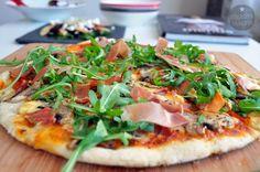 Pizza with mushrooms, ham and rucola. Recipe > http://magicznyskladnik.pl/2013/05/jak-zapomniec-o-pizzy-na-telefon-prosty-przepis/