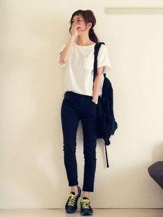 白Tシャツに細身のスキニーデニムを合わせて、スニーカー、リュックと小物もカジュアルなものに変えるとグッとアクティブな印象になります。もちろんタウンでもOKなコーデですね。