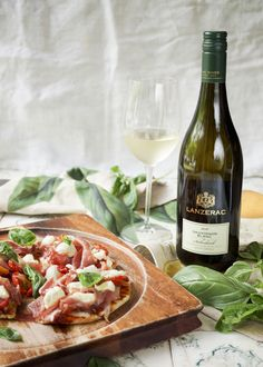Pizza paired with the Lanzerac Sauvignon Blanc Sauvignon Blanc, Deli, Pasta Salad, Wines, Pizza, Homemade, Ethnic Recipes, Sweet, Food