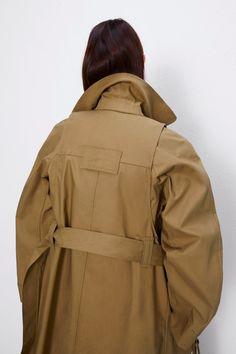TRENCHCOAT IN MATERIALMIX MIT GÜRTEL | ZARA Österreich Zara, Material, Raincoat, Jackets, Fashion, Templates, Pockets, Full Sleeves, Tejidos