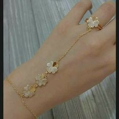 Gold Jewelry For Brides Hand Jewelry, Trendy Jewelry, Fashion Jewelry, Hand Bracelet, Bangle Bracelets, Hand Chain, Gold Jewellery Design, Necklace Designs, Indian Jewelry