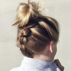 Tu aimes cette coiffure? Rends-toi dès maintenant au lookdujour.ca : on te montre comment la réaliser hyper facilement!  #lookdujour #ldj #upsidedown #braid #braidideas #hairstyle #hairdo #hairideas #hair #bun #messybun #regram   @hairbyjaxx