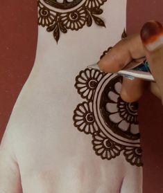 Very Simple Mehndi Designs, Pretty Henna Designs, Mehndi Designs For Kids, Mehndi Designs Feet, Back Hand Mehndi Designs, Mehndi Designs Book, Mehndi Designs For Fingers, Latest Mehndi Designs, Round Mehndi Design