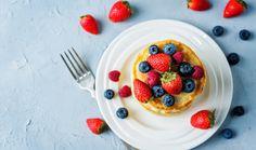 Báječné lívance z podmáslí a polohrubé mouky oceníte k snídani nejen o víkendu. Jejich příprava zabere jen pár minut, protože nemusí kynout. Většinu práce za vás zvládne robot. Vychutnejte si je se šlehačkou a oblíbeným sezónním ovocem! #livance #livancebezkynuti #livancebezdrozdi #rychlelivance #testonalivance #nadychanelivance #videorecept Waffles, Pancakes, Nutella, Breakfast, Food, Morning Coffee, Eten, Waffle, Meals