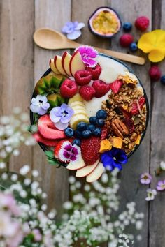 This springtime granola smoothie bowl looks SO AMAZING! I can't wait to try out … This springtime granola smoothie bowl looks SO AMAZING! Think Food, Love Food, Yummy Smoothies, Smoothie Recipes, Breakfast Bowls, Breakfast Recipes, Breakfast Ideas, Breakfast Healthy, Perfect Breakfast