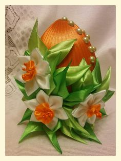 Jajko wielkanocne - kanzashi Silk Ribbon Embroidery, Fabric Ribbon, Easter Projects, Easter Crafts, Quilted Ornaments, Christmas Ornaments, Hair Ornaments, Diy And Crafts, Arts And Crafts