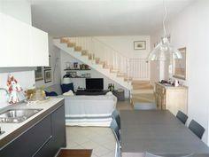 #Appartamento di recente costruzione su 2 livelli a #Ronchi di #MarinadiMassa vicino #mare.  Splendidamente rifinito (#allarme, #ariacondizionata, zanzariere, etc) è composto al piano primo da soggiorno con angolo cottura, ripostiglio, due camere e bagno, e al piano mansardato da terza camera, bagno/lavanderia e terrazza di circa 40 mq con vista #monti. Cantina e posto auto. http://www.immobiliareballoni.it/vendite/splendido-appartamento-marina-di-massadue-passi-dal-mare-ronchi-centro/
