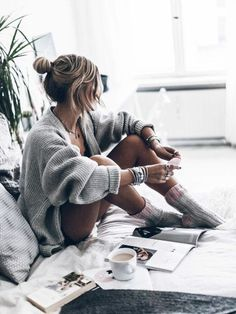 29 Chic And Cozy Cardigan Outfits - Outfit Inspo - Lifestyle Photography, Photography Poses, Indoor Photography, Shooting Studio, Poses Photo, Photo Shoot, Foto Casual, Cozy Socks, Shooting Photo