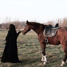 Muslim Couple Photography, Dream Photography, Girl Photography Poses, Niqab Fashion, Street Hijab Fashion, Muslim Pictures, Islamic Pictures, Cute Horses, Horse Love
