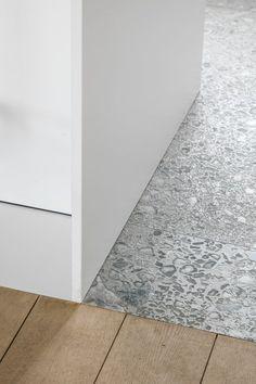 Insight-in Den Anker Detail Architecture, Interior Architecture, Floor Design, Tile Design, Terrazzo, Plywood Wall Paneling, Bathroom Interior Design, Interior Decorating, Wall Trim