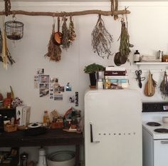 kinfolk kitchen - This is my kinda kitchen. Love the hanging flowers