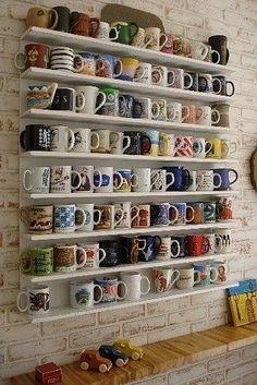 Que tal fazer da sua coleção de canecas uma verdadeira decoração e expor todas em prateleiras? Incrível, né?