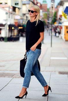 Look com calça jeans, t-shirt preta e scarpin.