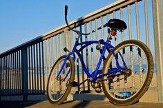 Cómo medir una bicicleta playera cruiser. Las bicicletas playeras cruiser se hicieron populares a finales de los noventas, aunque el diseño original data de los treintas. Estas poseen llantas gruesas, piñones fijos, asiento con postura vertical, y suelen fabricarse con acero pintado con coloridos ...