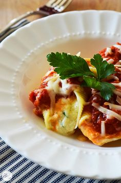 easy three-cheese stuffed pasta shells recipe. great freezer meal! | www.livecrafteat.com