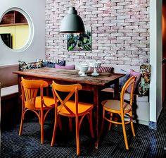Área de refeição: a mesa recebeu cadeiras amarelas. Na cabeceira, a Thonet, da…