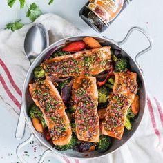 Uunilohi kasvispedillä on arkiruokaa parhaimmillaan🐟🐟🐟 Helppoa ja terveellistä 😋 Maustoin lohipalat hunajalla maustetulla Teriyaki BBQ-kastikkeella, josta on tullut uusi suosikkini keittiössä 👨🍳 Mitäs sanot? Kaupallinen yhteistyö: Kikkoman #kikkoman #arkiruokaa #uunilohi #teriyaki #teriyakilohi #salmon #kasvikset #vegetables