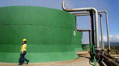 Usina geotermal ICE: torres de resfriamento de uma usina geotermal operadas pelo Instituto de Eletricidade da Costa Rica A cia de energia conseguiu produzir toda a eletricidade do país com fontes renováveis em 2015 utilizando hidrelétricas e uma combinação de energia eólica, solar e geotermal. Crédito: Joe Raedle/Getty Images Compartilhe esta foto: