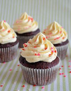 Red Velvet Cupcakes from Laura's Bakery - From Pauline's Keuken - Cheesecake Recipes Red Velvet Cupcakes, Red Velvet Muffins, Red Velvet Cake, Velvet Cream, Red Velvet Cheesecake, Oreo Cheesecake Cupcakes, Cheesecake Recipes, 12 Cupcakes, Dessert Recipes