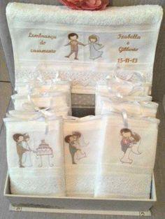 Toalhinha tamanho lavabo (aproximadamente 33 cm X 50 cm) com bordados Noivinhos variados. > Toalha de excelente qualidade. > Detalhe em Renda Guipir. > Acompanha Saquinho em Organza.  Venda Unitária. R$ 30,00