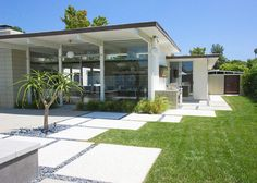 12 Landscaped Patios: San Diego-based firm Grounded uses strong rectilinear blocks to border the house, separating it from the lawn.