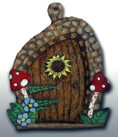 Porta de Fada com cogumelos, em pasta de modelagem pintada a acrílico (13 X 17 cm) - 14,00 euros + portes de envio.