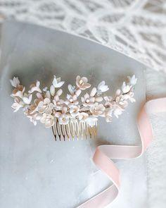 Ro & Raff lager unike håndlagde blomsterkroner i kald porselen hvor hver enkelt blomst får sin egen form og uttrykk gjennom en spesiell teknikk. Dette gir et  inntrykk av at det er ekte blomster og de varer evig  __________________________________ @roandraff  #weddingtrend2020 #wedding2020 #brud #bride #bouquet #whiteroses #cleanstile #love #trend #fashion #oslo #norway #norge #grandhotel #weddingphotography #weddingphotos