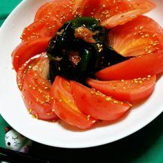 連休も今日で最後、今夜は真希ちゃんのワカメとトマトサラダに叩き梅を加えてみました。 ワカメは刺身ワカメを使ってます。  ワカメに叩き梅を加えて  トマトを切り タレで味付け。 冷蔵庫で冷やしてから  盛り付けました。  ポン酢は自家製柚子ぽんを使用。(^^)  真希ちゃん(^^)/  今からの季節に あっさり 食べれるサラダ~~❤ ワカメとが 合うよね✌  パクパク食べたヨ。 ワカメをこんなに沢山食べたのは、初めてかも すごーく美味しかったぁ➰\(^o^)/ またリピ決定 - 172件のもぐもぐ - 真希ちゃんのわかめとトマトのサラダ梅入り❤ by yblueadidas103