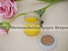 Eine Anleitung für ein natürliches Mittel gegen Herpesbläschen am Mund mit ätherischem Melissenöl.