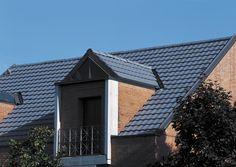 Pálená keramická škridla CREATON TERRA OPTIMA je univerzálne použiteľná reformná škridla. Jemné priehlbiny vytvárajú pokojne pôsobiacu štruktúru strechy. Solar Panels, Skyscraper, Garage Doors, Multi Story Building, Marvel, Cabin, House Styles, Outdoor Decor, Home Decor
